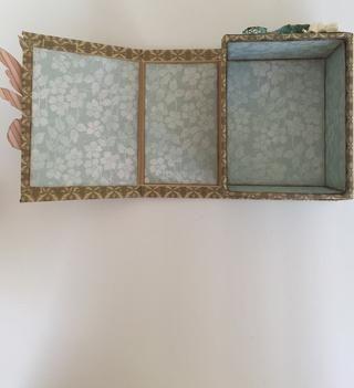 De Bebé 2 del papel de la novia, retire pieza con diseño floral azul en un lado y blanco con diseño de la vid azul en el reverso. Dimensiones medida de su caja, corte de papel de esas dimensiones y se adhieren.