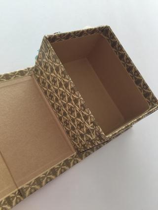 Cubra el interior izquierdo de la caja, también.