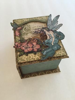 Adherirse papel franja azul alrededor de la mitad de su caja.