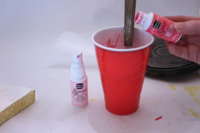 Vierta un poco de Stephanie Barnard spray en su mezcla y agregue agua. Usé 4 cucharadas colmadas, y luego añadí agua hasta obtener la consistencia masa del pastel. Añadir más yeso hasta que quede la consistencia glaseado