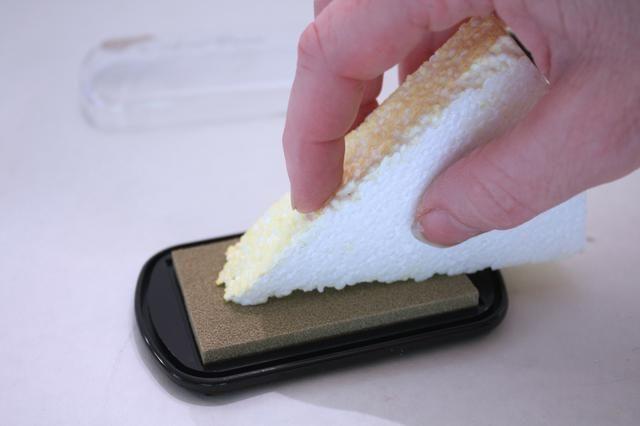 Después de seca, toma y echar mano de color más oscuro (obtendrá residuos de espuma en su pad- simplemente cepille cuando se hace)