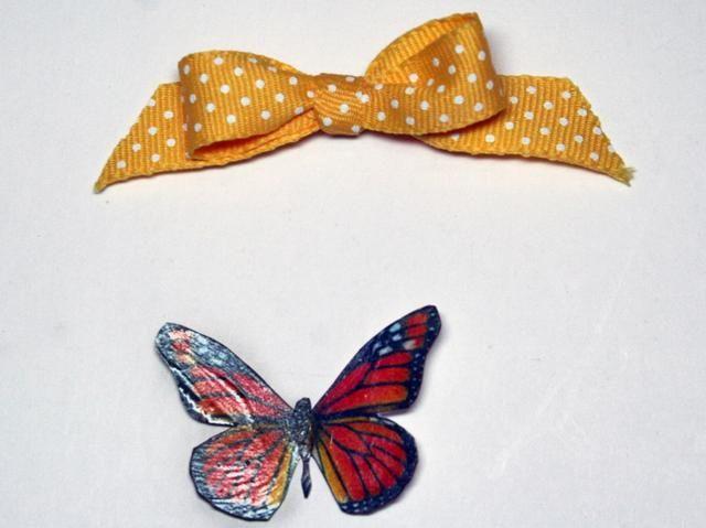 Haz un lazo bonito y mariposa. La mariposa usé es de mi escondite. Me cubrí con acentos brillantes para darle fuerza.