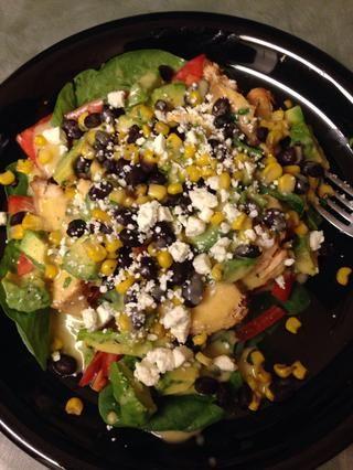 Montar la ensalada (greens, pollo, aguacate, tomate, frijoles / maíz, queso feta) y luego la parte superior con el aderezo. ¡Buen provecho!