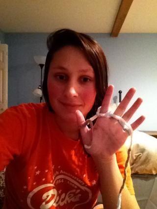 Entonces usted puede comenzar a traer los bucles más de cada dedo de nuevo (como viste en el vídeo).