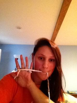 ... y envolver el hilo de vuelta alrededor del lado de la palma de su mano, por lo que se parece a esto.