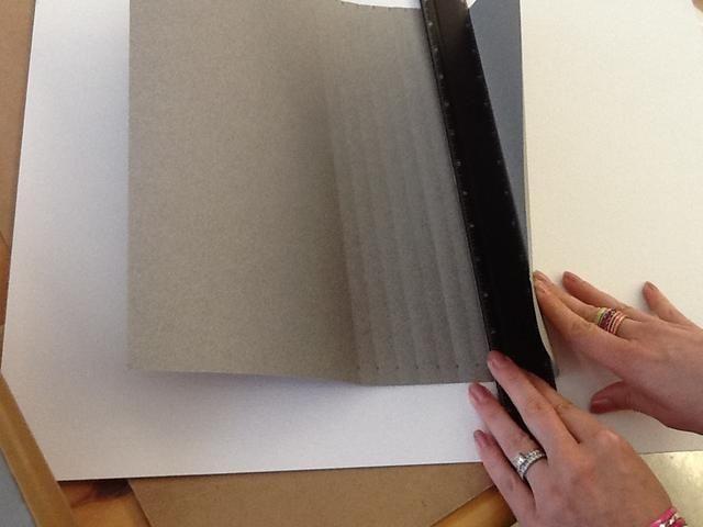 Use una regla en fila a sus marcas para anotar el papel de manera uniforme, esto hará que sea más fácil de plegar después.