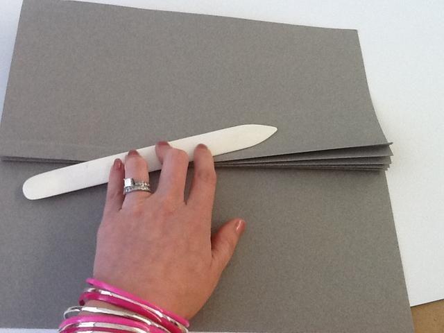 El uso de las líneas marcadas como guía, acordeón doblar las costuras y suavizar con una carpeta de hueso.
