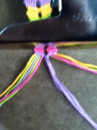 Hacer nudos adecuados en los próximos 4 cuerdas.