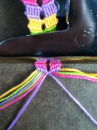 El uso de las cuerdas del centro 2 (los morados) hacen un nudo derecha.