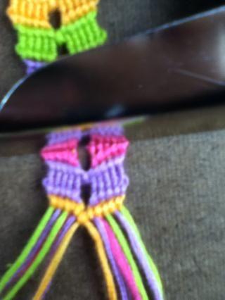Ahora usted puede atar las cadenas de centros con un nudo derecha. Sólo continúe desde el paso 16 hasta que sus pulseras tiempo suficiente.