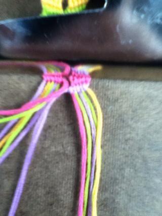 Hacer nudos de izquierda en las 4 cuerdas a la derecha.