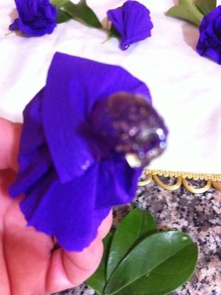 Añadir una bonita caída tamaño de pegamento en la parte inferior de la flor que Mira dedos el pegamento está caliente!