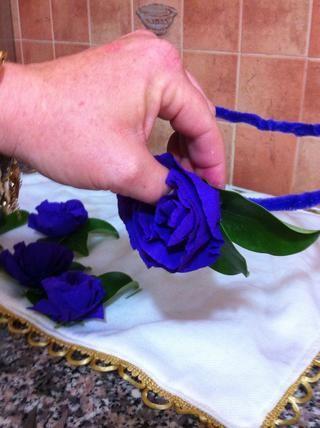 Ahora pegar las flores a los limpiadores de pipa. Mantenga las hojas en la misma dirección (Me gusta en el lado)