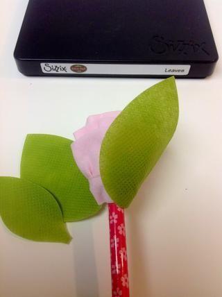 Envuelva las hojas alrededor de la base del lápiz.