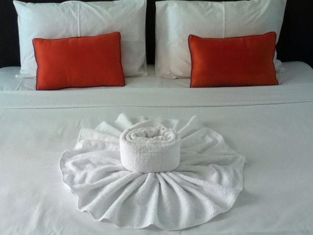 Con una segunda toalla se puede estar poniendo en el centro de la flor.