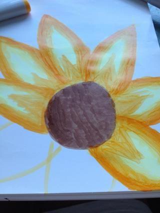 Dibuja el contorno de esta flor con un lápiz (yo no't have a pencil so I used the lightest color marker to do the outline