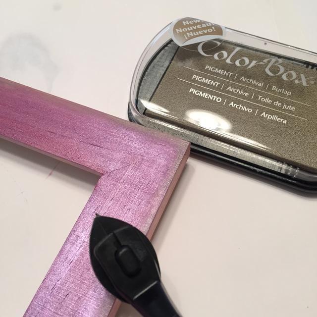 use arpillera Pigmento tinta aplicada usando Stylus & Tip para bordes de socorro de marco. a un lado se seque por completo.