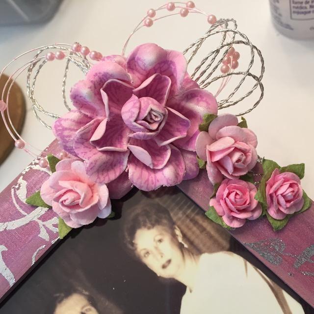 a continuación, organizar y adherirse flores.