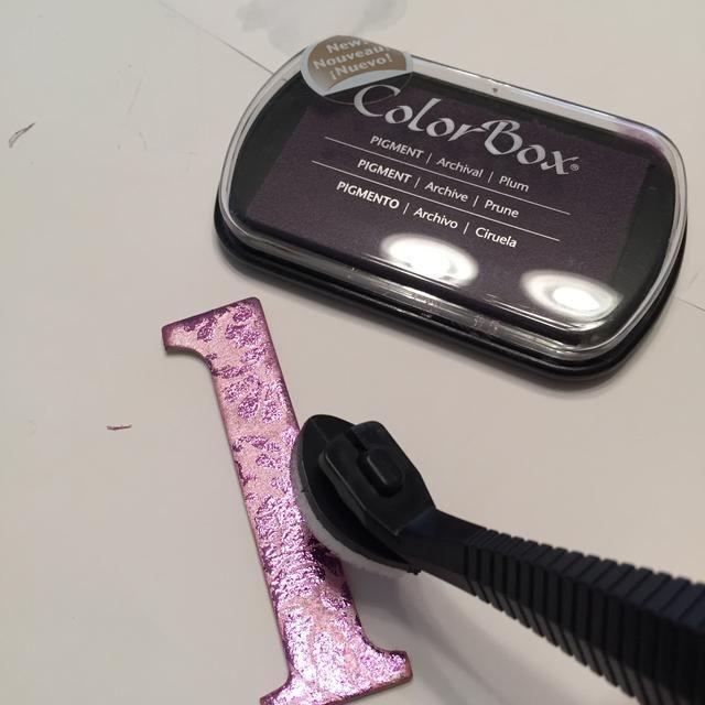 utilizar tinta Ciruela Pigmento, aplicada mediante Stylus & Tip a borde de socorro de las letras.