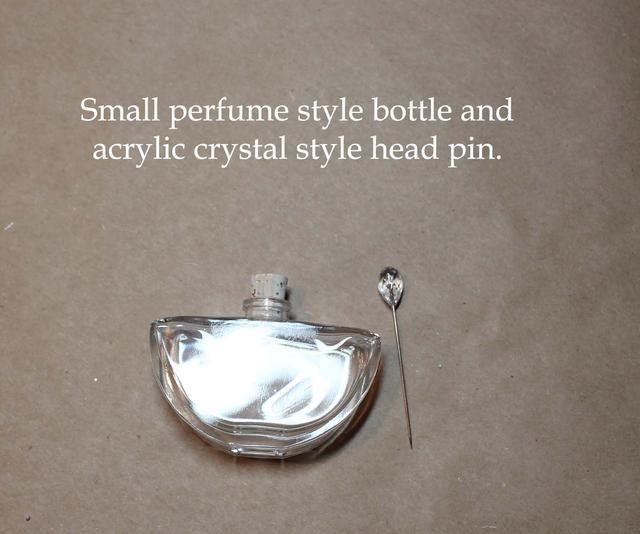 Este es un pequeño frasco de perfume estilo que vino de eBay. Tengo los Headpins de Scrapbook.