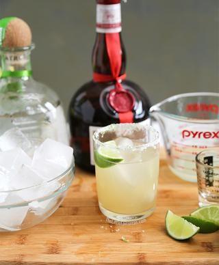 Añadir hielo. Adornar con rodaja de limón. Si se desea, espolvorear un poco de ralladura de limón en la parte superior de la copa.