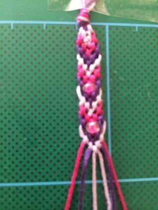 Repita los pasos de la creación de los nudos dobles en cada hilo, agregando cuentas según corresponda.