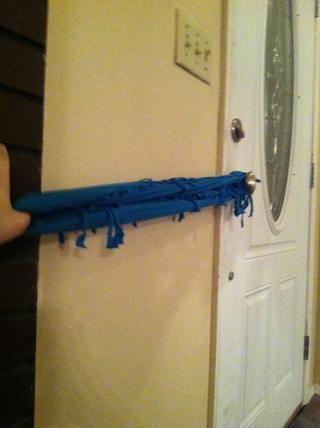 Ahora estirar la bufanda lo más que pueda, para que pueda ir alrededor de su cuello 2-3 veces.