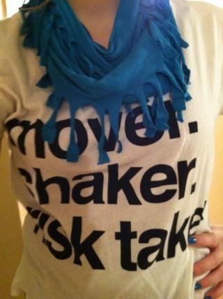 Y ahí lo tienen, sólo arriba-cicla una vieja camiseta en una nueva bufanda de moda, ¡enhorabuena!