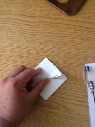 Viste donde la línea de puntos .. Doblar a lo largo de su eje ..