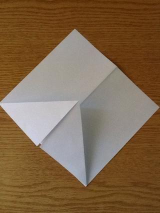 Ahora dobla el gran triángulo largo de su base ..