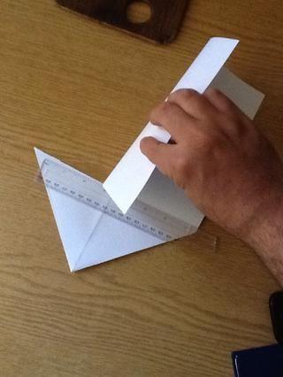 Corte el papel siguiendo el pliegue que acaba de hacer a lo largo de su base .. Con una regla puede ser útil ..
