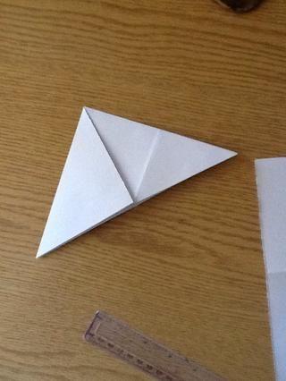 Coge la otra esquina y doblar .. Y este es el segundo triángulo ..