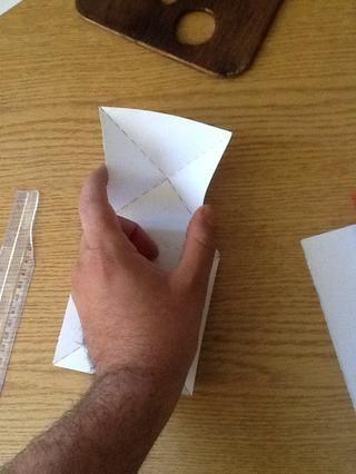 Ahora una parte difícil .. Coge el centro de la base del triángulo de dos de oposición en el lado de un cuadrado ..