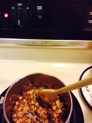 Apague la estufa a medio, y añadir el chocolate. Mezclar sin parar hasta que esté completamente derretido o bien el chocolate podría quemar.