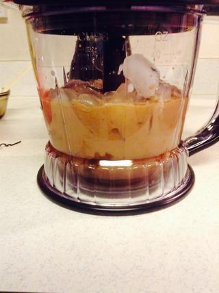 Ponga la mezcla de chocolate, hielo, y el último de la leche en la licuadora.