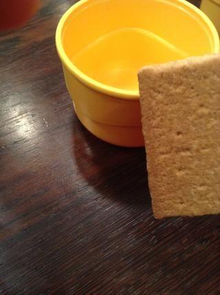 Luego tomar sus galletas graham y se desmoronan para arriba en otro tazón. (O simplemente comprar desmenuzado galleta)