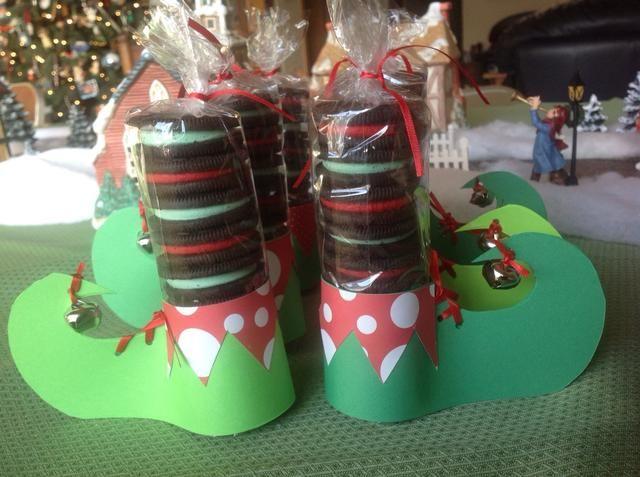 El uso de cinta adhesiva doble, conecte el ribete decorativo del zapato. Deslice las piernas en los zapatos, y ya está!