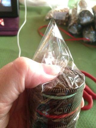 Dobla hacia abajo otro extremo de celofán y sello con un pedazo de la cinta paquete ....