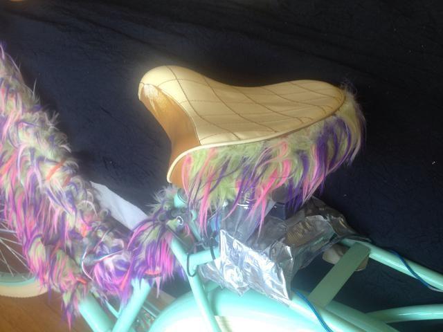 Utilice pegamento caliente para unir la piel al borde de su asiento.