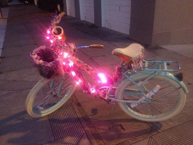 Ta daaa! En toda su peludo gloria resplandeciente. También puede comprimir atar algunas luces de palo a sus ruedas. Ellos'll look like spinning batons when you ride.