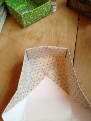 Dobla hacia abajo la solapa, y usted tiene un lado de la caja.