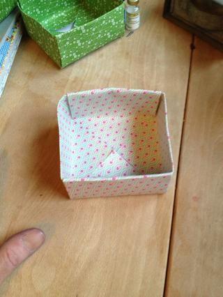 Doble la otra cara de la misma manera. Doblar 4 cajas del mismo tamaño. Dobla 1 con un trozo de papel cuadrado que es 1/2 de pulgada más pequeño en todos los lados. Esta va a ser una tapa.