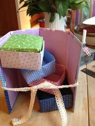 La caja más pequeña quinta se utiliza como una tapa en la caja superior.