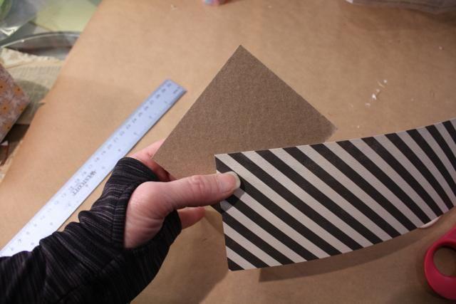 Opcional: para dar mi caja un poco de fuerza añadido corté un pedazo de madera aglomerada para adaptarse a la base y cubierto de sobrará papel de la caja- pegadas y se coloca en la parte inferior