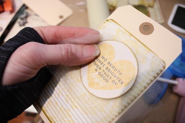 Para el próximo Tag me di exactamente lo mismo solamente añadí este pequeño trick- cortar unas cuantas capas de tul más grande que su etiqueta