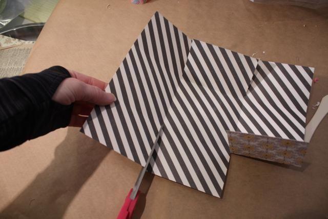 cortar en en el lado de 2,5 pulgadas, justo en las cuatro pliegues de las esquinas. Don't cut past the fold!