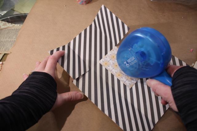 Añadir adhesivo sobre las aletas cortas en el interior de ambos lados