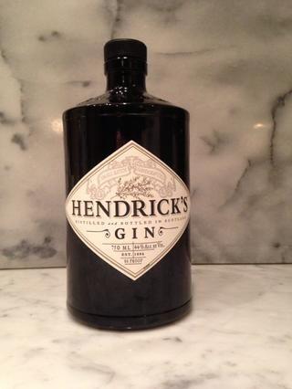 Paso dos: conseguir un buen gin (nos encanta Hendricks) y vierta 3 medidas de ginebra en su vaso. (Puede ajustar los niveles de alcohol arriba o hacia abajo, dependiendo de las preferencias.)