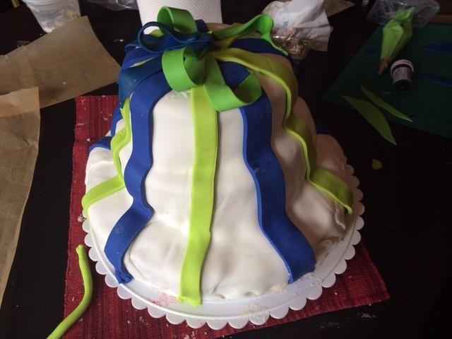 Use pasta de azúcar de colores para hacer decoraciones. Puede utilizar moldes de galletas para cortar formas y pegarlas con crema de vainilla.