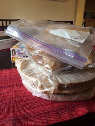 Es probable que tome 2-3 días para que todos los pasteles. Envuelva y congelar los pasteles realizados en los días 1 y 2. Recorta las placas de cartón redondas utilizar para mantenerlos plana.